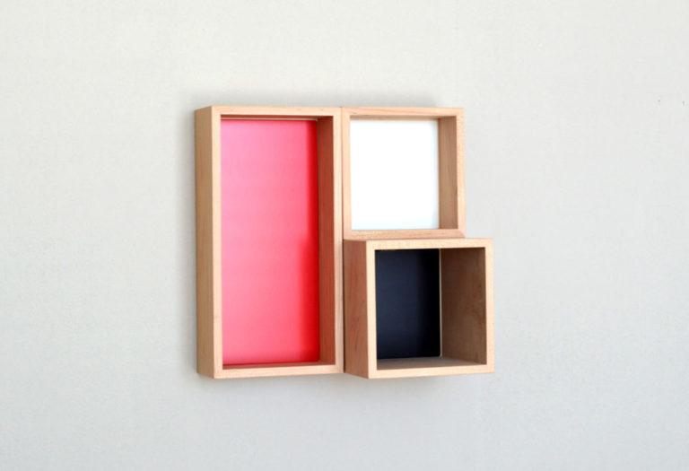 新商品p.boxのイメージフォト。ボード壁面に設置。3つのボックス。 10/10