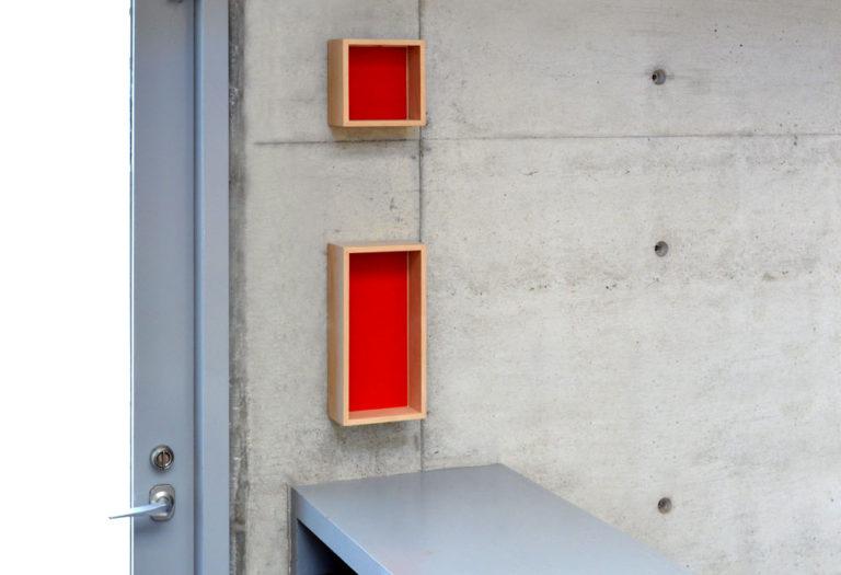新商品p.boxのイメージフォト。コンクリート壁に設置。4/10