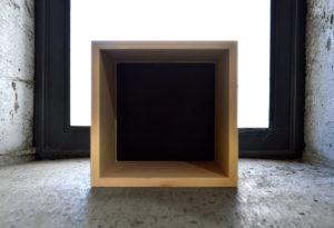 新商品p.boxのイメージフォト。コンクリート打ち放しに据え置き。5/10